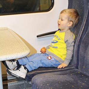 Adaś z jajkiem w pociągu